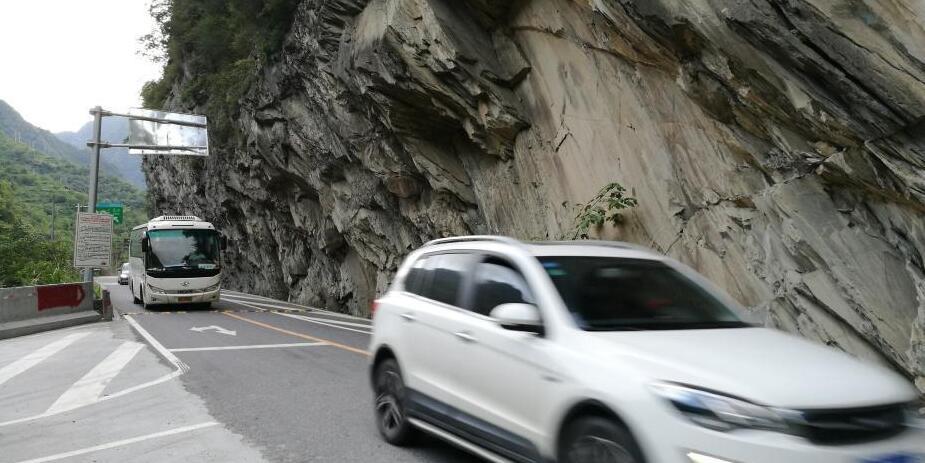 游客陆续撤离四川九寨沟地震灾区