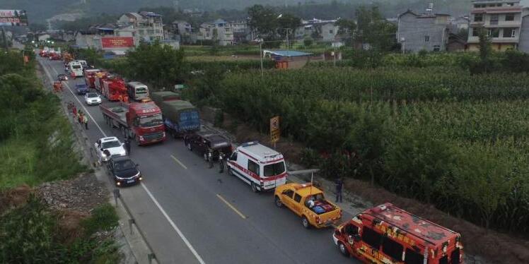 四川九寨沟发生7.0级地震 救援车辆遭遇拥堵