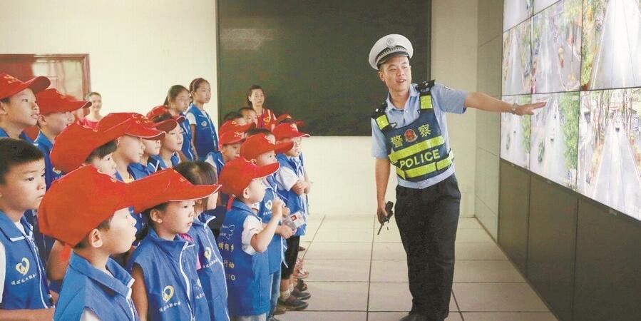 通道侗族自治县:小学生进警营学安全
