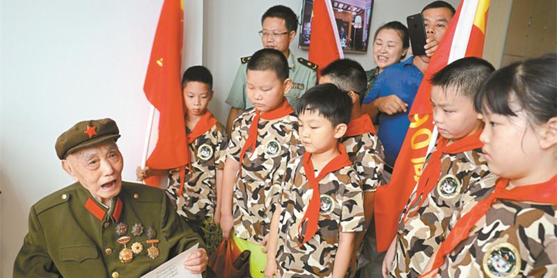 99岁老红军给孩子们讲述抗战故事
