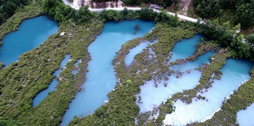 空中俯瞰震后九寨沟 海子的水还是那么蓝