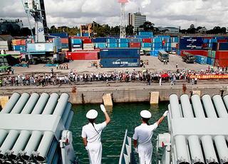 中国海军远航访问编队在坦桑尼亚访问