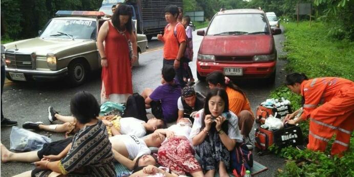 泰国旅游车与皮卡相撞 11名中国游客受伤