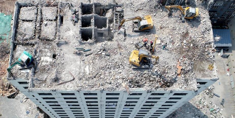 """挖掘机爬到17层楼顶 高空踩""""悬崖""""拆大楼"""