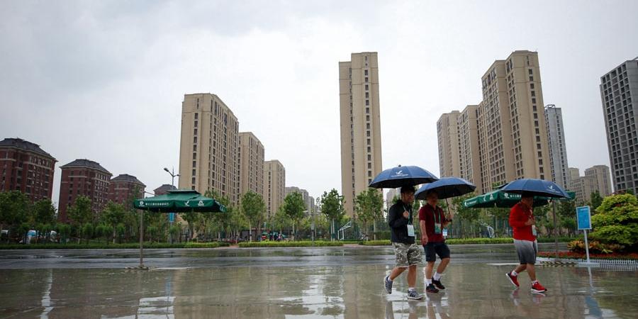 第十三届全国运动会开幕在即 媒体村记者雨中工作