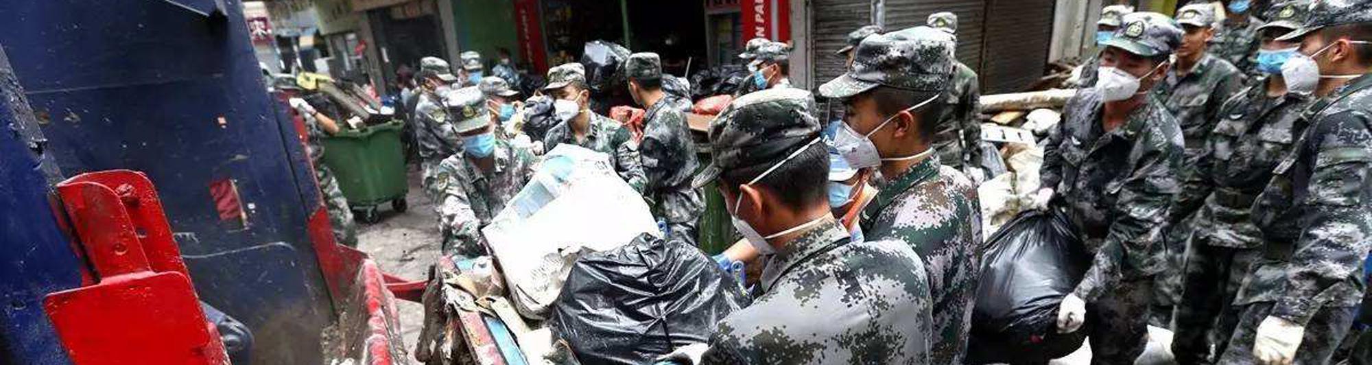 救灾不扰民 驻澳门部队凌晨3时清洁街道