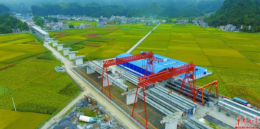 黔张常铁路自治州段全面启动T梁架设