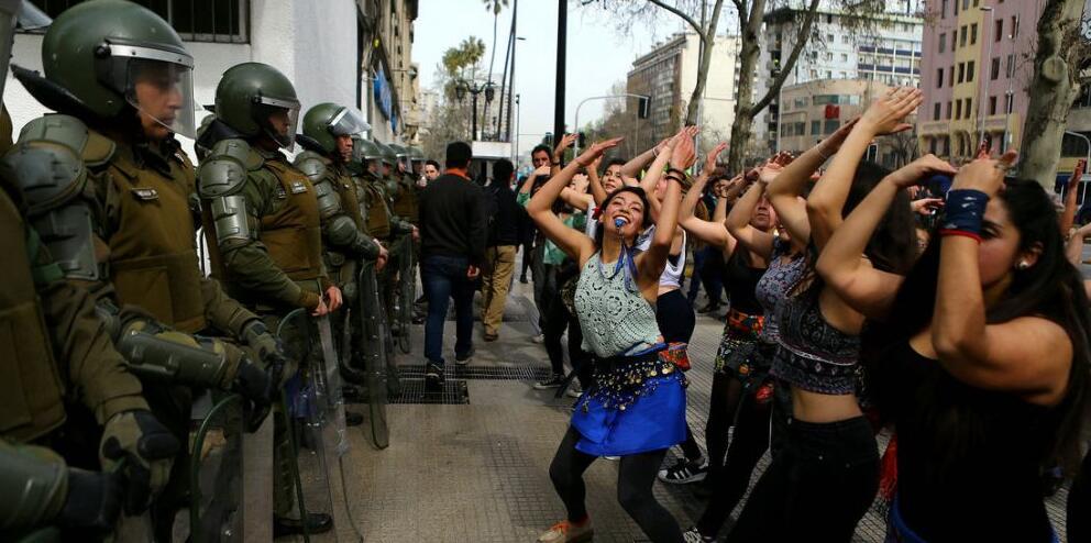智利学生上街游行 美女示威者在警察面前热舞
