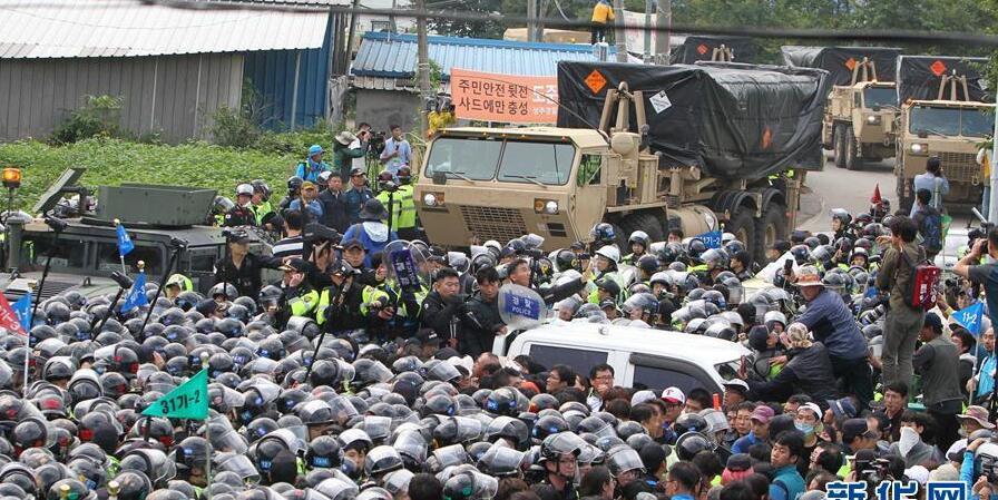 """韩国民众彻夜阻拦""""萨德""""装备进入部署地"""