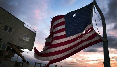飓风来袭,美国救灾掐架两不误