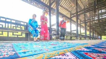湘西织女织出巨幅土家织锦长卷《甲子顺锦》
