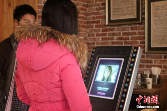 """资料图:郑州一餐厅因高调打出""""靠脸吃饭""""招牌。马义恒 摄"""