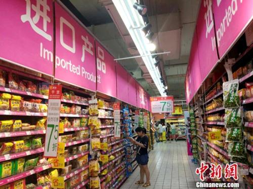 民众在超市购物。中新网记者 李金磊 摄