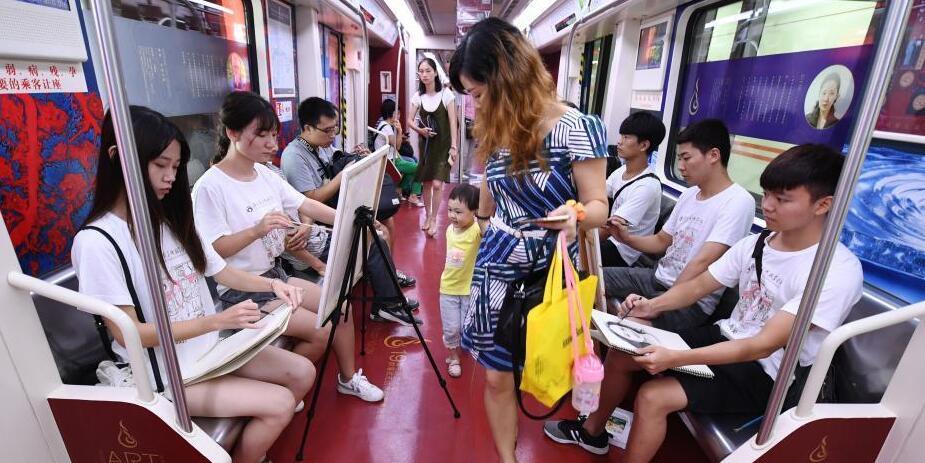 长沙地铁上演艺术快闪 大学生即兴作画