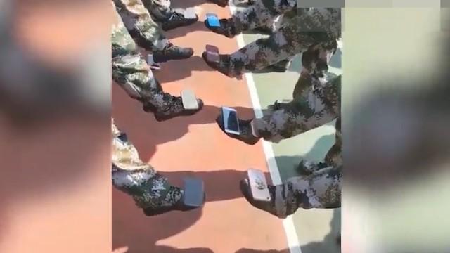 新生军训头顶可乐 脚底放手机 手指夹扑克