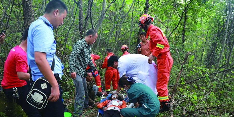 """女孩掉入40米深""""天坑"""",消防紧急救援"""