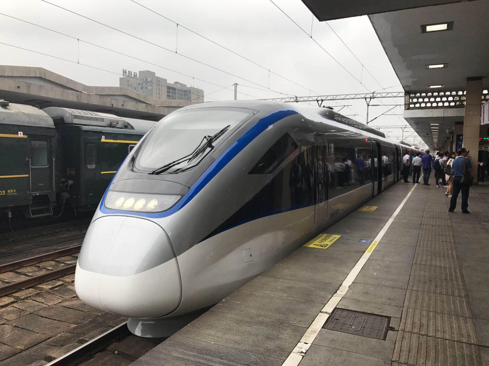 华声直播>>石长铁路动车今天正式通车