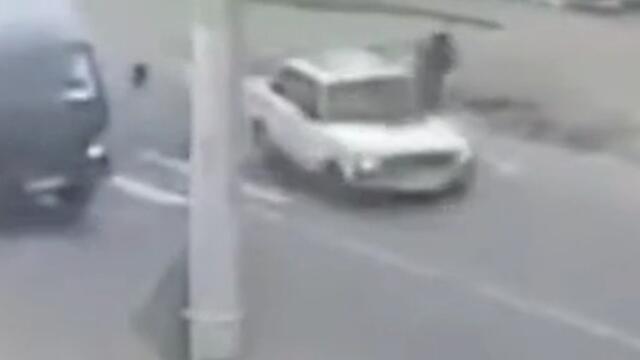 高手! 监拍男子被车撞后瞬间腾空闪避