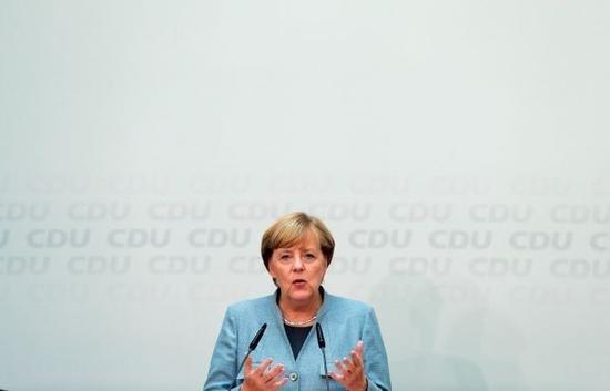 9月25日,德国总理默克尔在位于柏林的基民盟总部出席新闻发布会。(新华社)