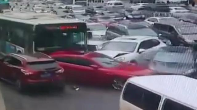 长沙银盆岭大桥突发连环追尾 7车受损保时捷撞成渣