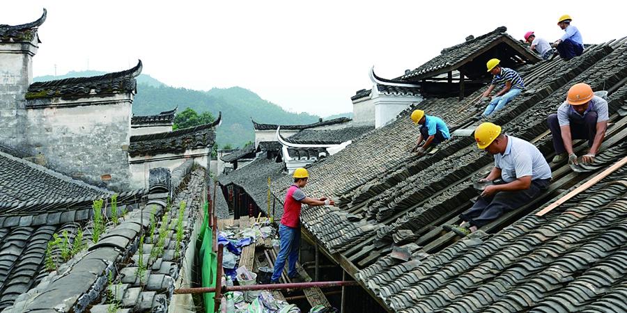 洪江市黔城古建筑群施工人员在修缮屋顶