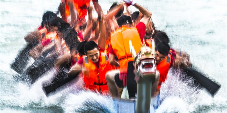 [砥砺奋进的五年・成就展]2017年端午前夕 常德举办龙舟赛