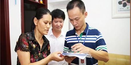 [砥砺奋进的五年・成就展]长沙县工作人员入户核查公租房使用情况