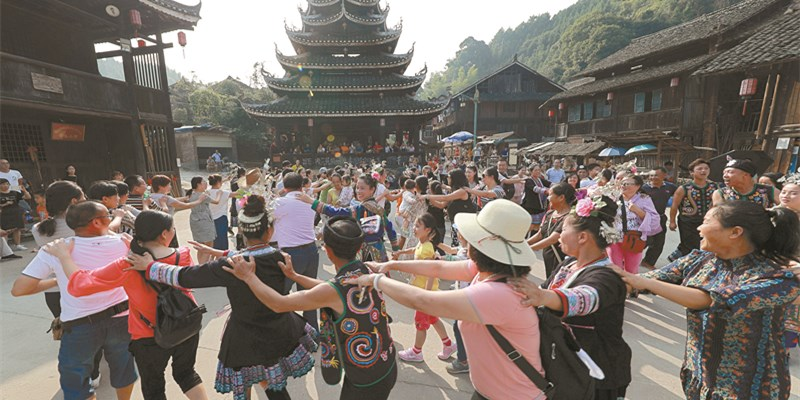 通道芋头村侗寨:村民与游客跳起侗族舞 感受侗寨情