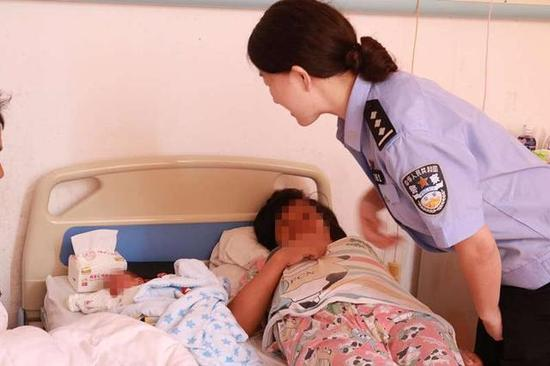 图为漳州高速交警去医院看望产妇和孩子。