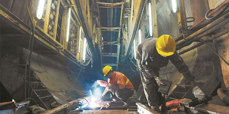 国庆中秋假期长沙地铁3号线工人坚守岗位忙施工