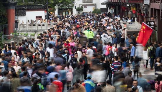 10月4日,大批游客涌入南京夫子庙景区。