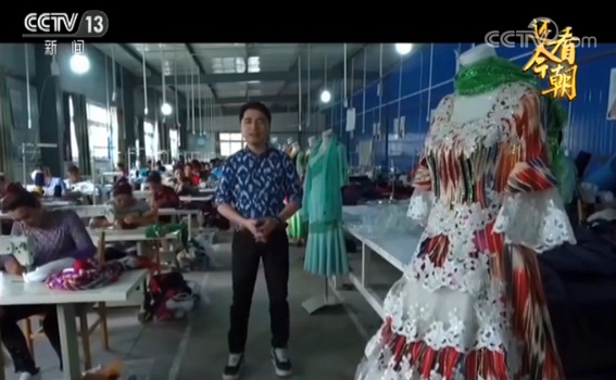 英吉沙县乌恰乡的一家农民缝纫刺绣合作社