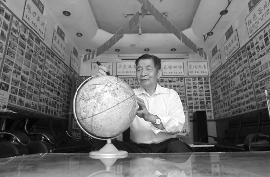 """83岁老人环球旅行""""看世界"""" 9年走过24个国家"""