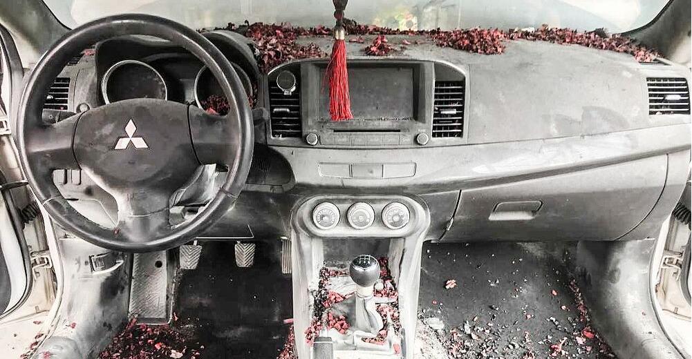 广州:婚礼助兴车内放炮 新郎朋友误将婚车烧成铁架