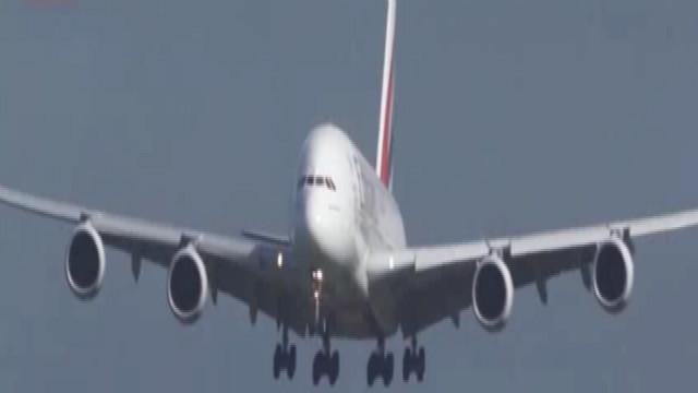全球最大客机降落遇大风被吹得左右摇摆