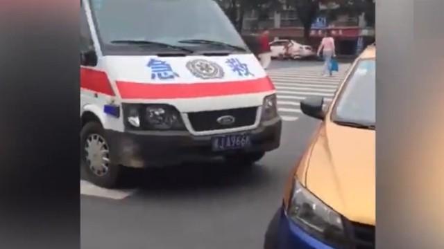 """出租车堵救护车 司机叫嚣""""我硬不让"""""""