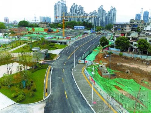 新马路部分路段已具备通车条件,年底将全线通车。(记者 陈旭东 摄)