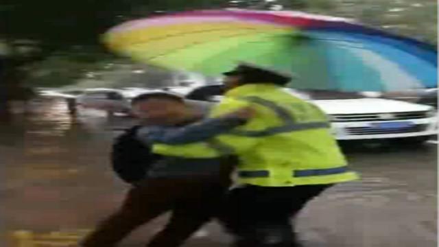 交警趟水抱小学生过马路 交警:换成你也会这样
