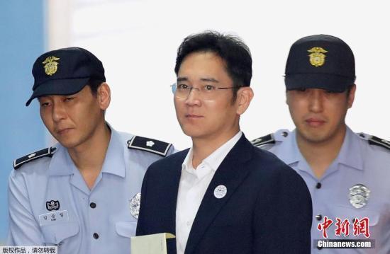 韩国检方指控,三星集团副会长李在�F涉嫌向总统朴槿惠及其亲信崔顺实行贿433亿韩元(折合人民币约2.49亿元)或意图行贿。
