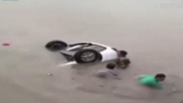 轿车坠海男童被困 近百人上演生死大营救