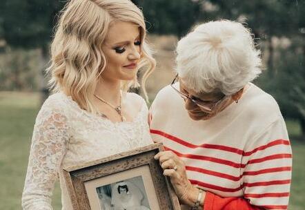 美国新娘穿奶奶55年前婚纱出嫁 奶奶惊喜落泪感动全场
