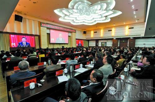 10月18日上午,市委组织集中收看党的十九大开幕盛况。 (本报记者 方阳 摄)