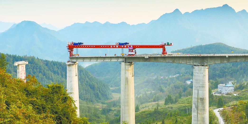 黔张常铁路1号特大桥进行T梁架设