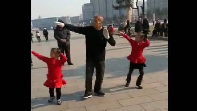 爷爷教的广场舞一点不比奶奶教的差