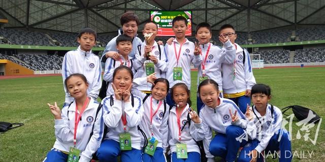 岳塘区湘机小学在全国少儿趣味田径运动会上获