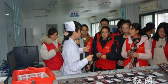 张家界:血站开放日迎来吉首大学无偿献血志愿者队伍