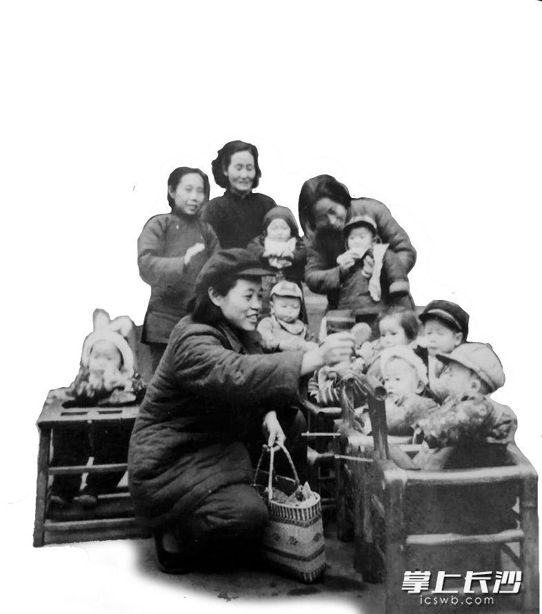 """1958年11月,天心阁人民公社第五中队成了""""三好""""街道。当妈妈们去工作的时候,孩子们在街道保育员的抚育下,天真可爱地成长,当时长沙每个街道都设立了幼儿园和托儿所。"""
