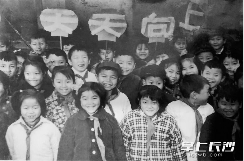 儿童们离开幼儿园进入小学,最开心的事情之一就是终于能够戴上红领巾了。这是1965年12月长沙白沙街完小一年级甲班54个同学全部光荣地加入了少年先锋队。