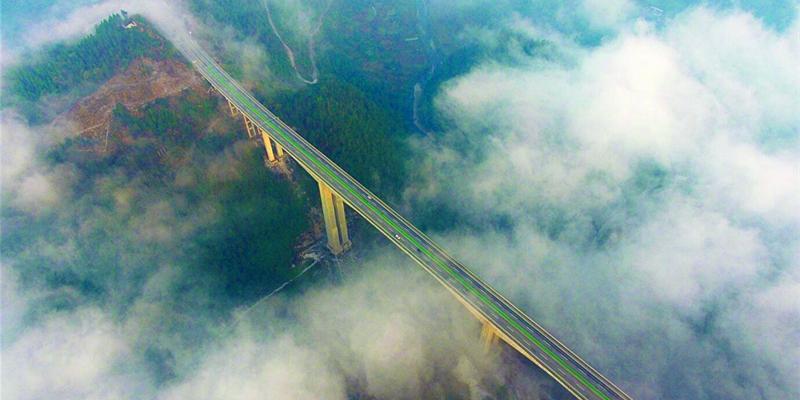 龙山县红岩溪特大桥在雾中若隐若现 车行桥上如腾云驾雾