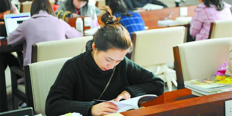 公务员等考试在即 众多考生在图书馆内复习冲刺
